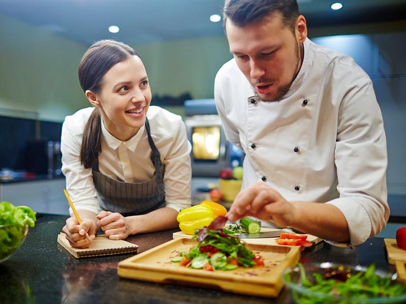 Se former pour devenir aide-cuisinier